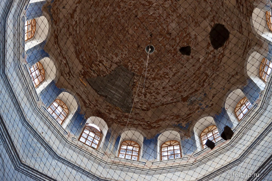Залатанный купол храма