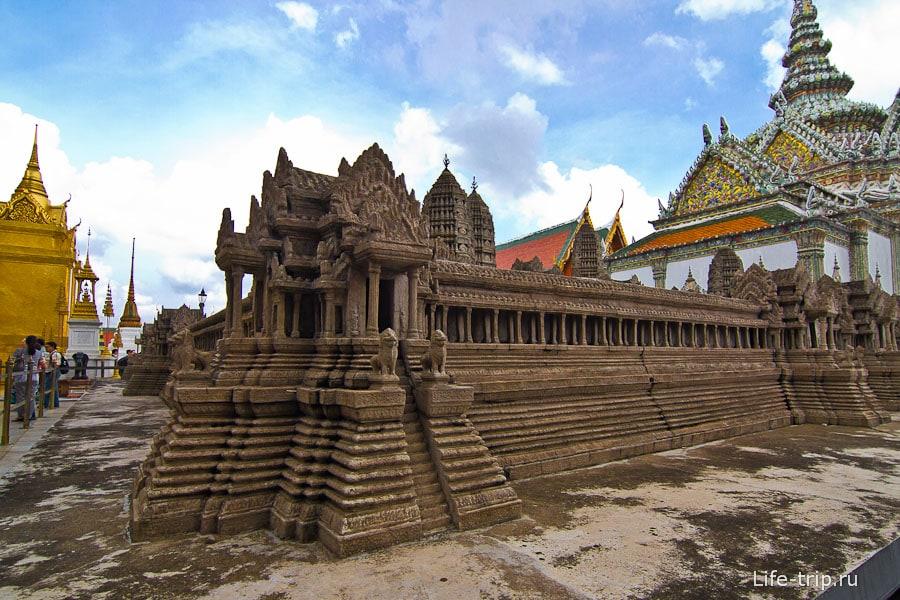 Внутри комплекса есть Ангкор ват в миниатюре
