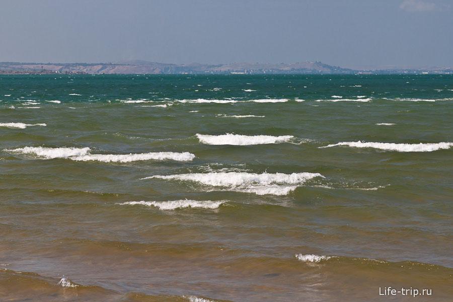 Ветер поднимает волны