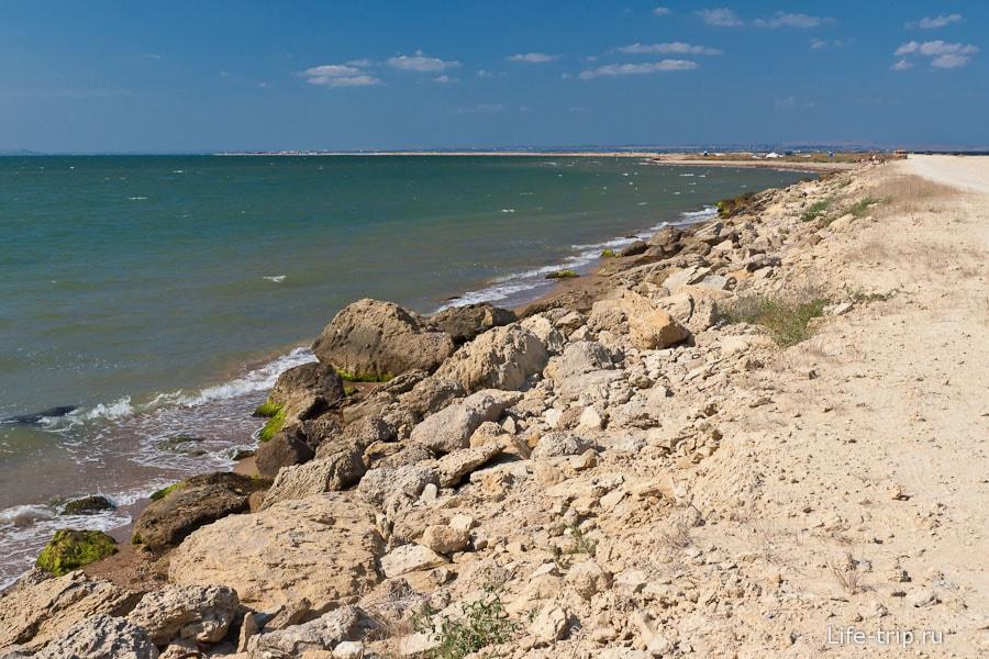 Камни на берегу