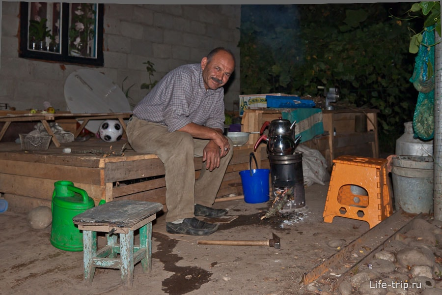 Отец семейства любит пить чай из специального турецкого самовара