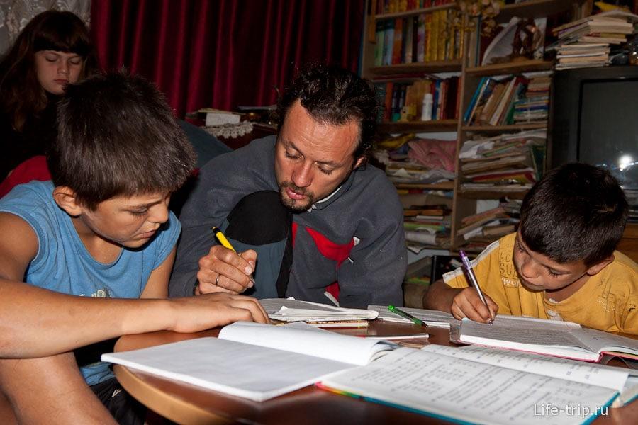 Олег помогает детям грызть гранит науки
