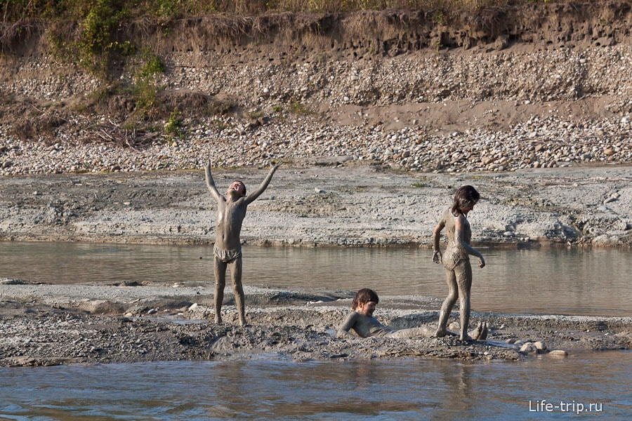На ближайшей речке можно принимать настоящие грязевые ванны