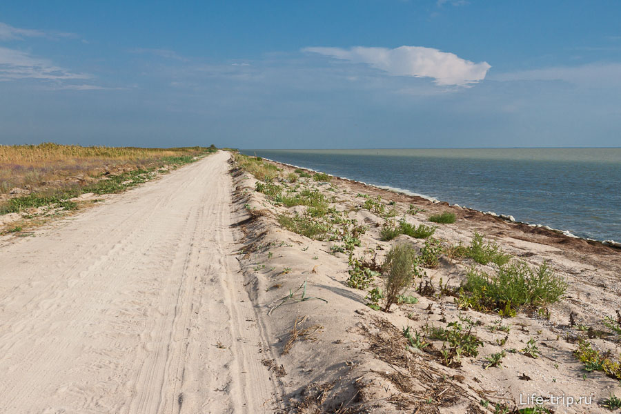 Дорога иногда идет прям по берегу