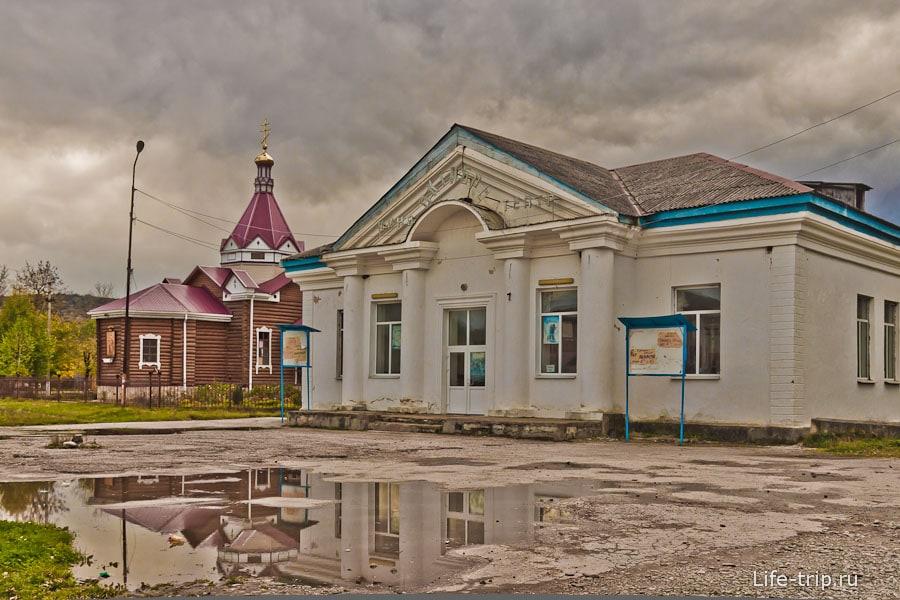 Кинотеатр граничит с церковью