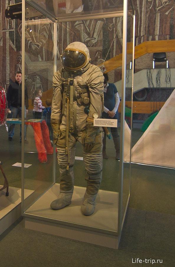 Модный костюмчик с карманами в музее космонавтики в Калуге