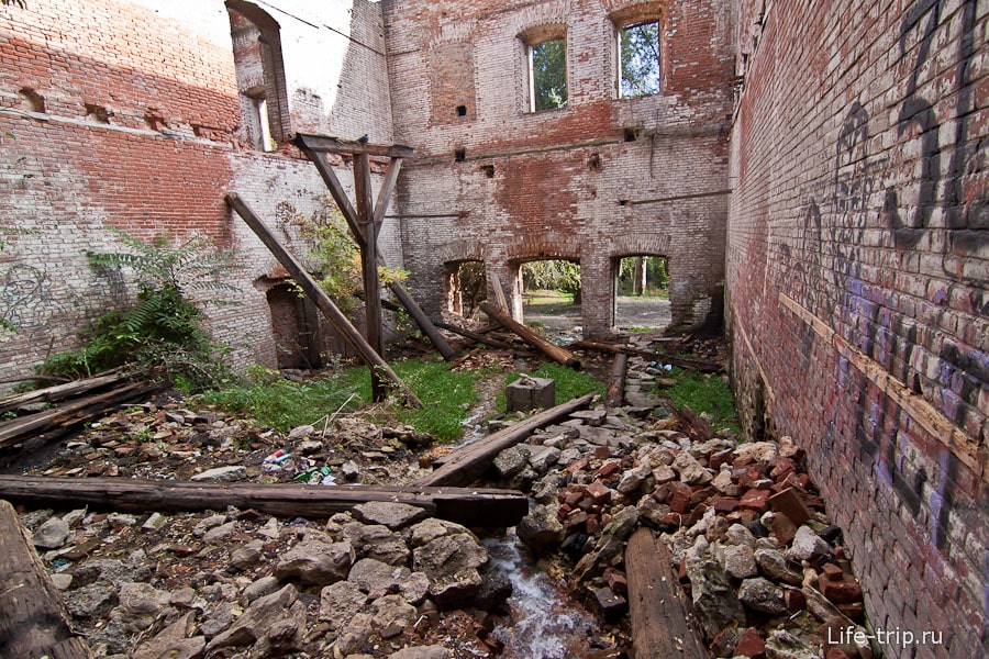 Внутри развалин Парамоновских складов