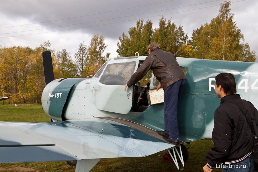 Забираемся в самолет по самому краю - обшивка крыла из ткани