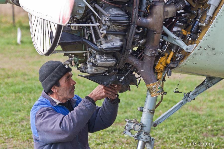 Тут же самолеты и ремонтируют