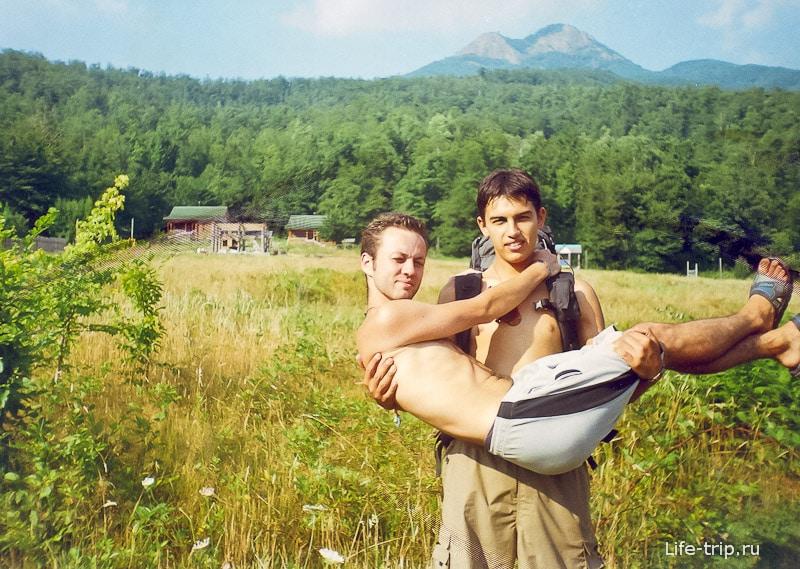 Леха демонстрирует, что он не только рюкзак нести может, но и меня
