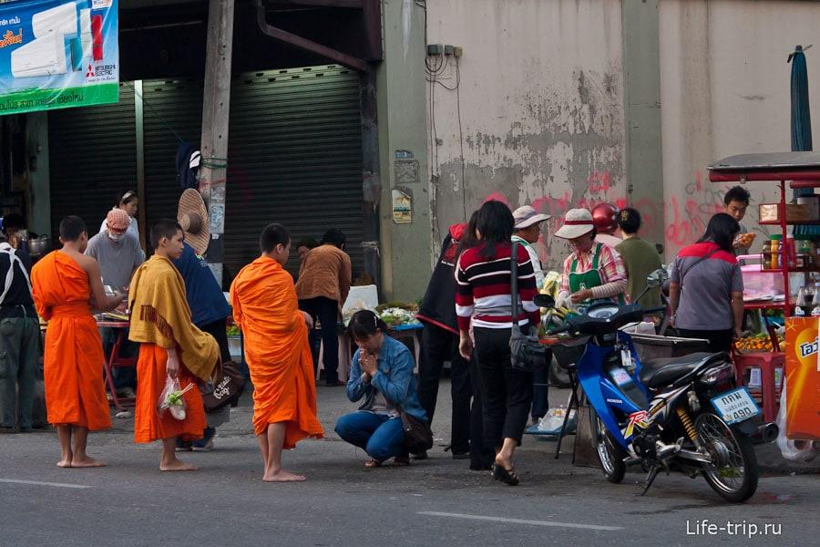 Утренний моцион - монахи собирают на еду