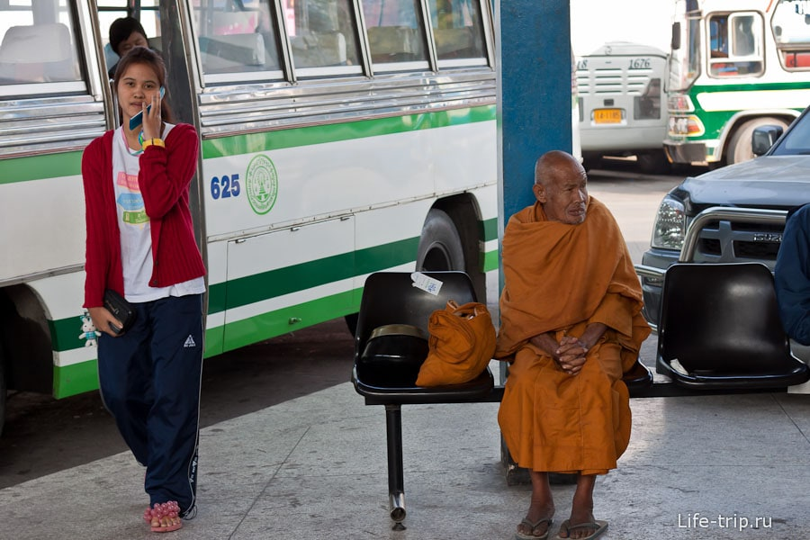 Старик-монах на автовокзале