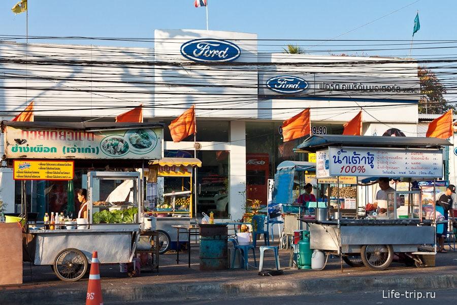Макашницы рядом с автосалоном Ford