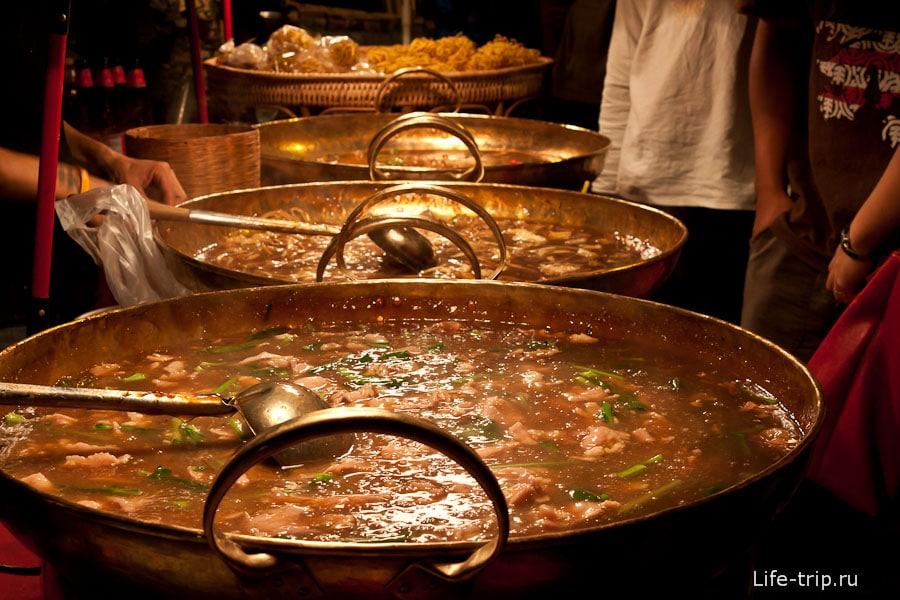 Большие сковородки с едой