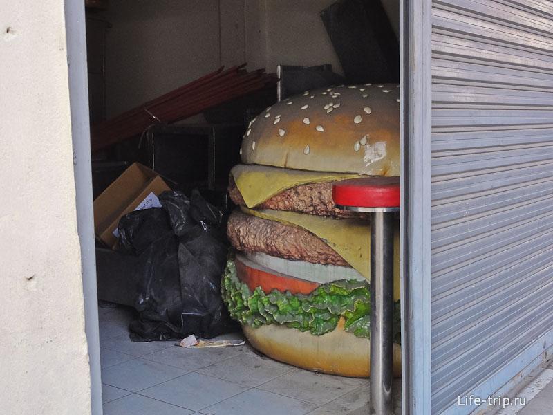 Кто-то прячет в гараже большой бургер