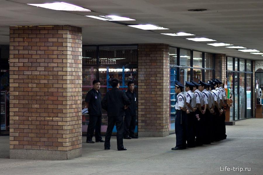 Поверка полицейских в торговом центре