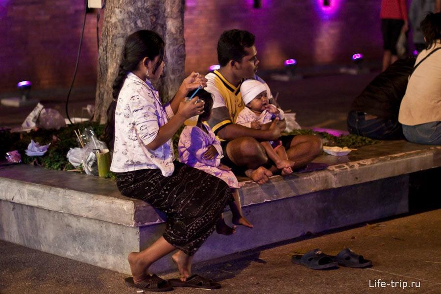 Тайская семья на празднике