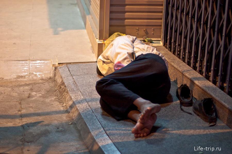 Спит прям на улице