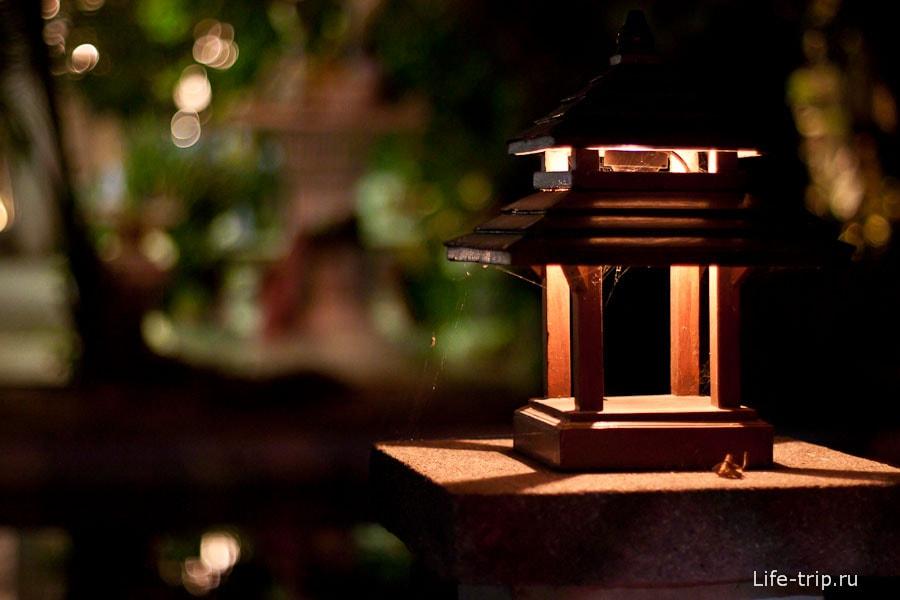 Уютный светильник на заборе