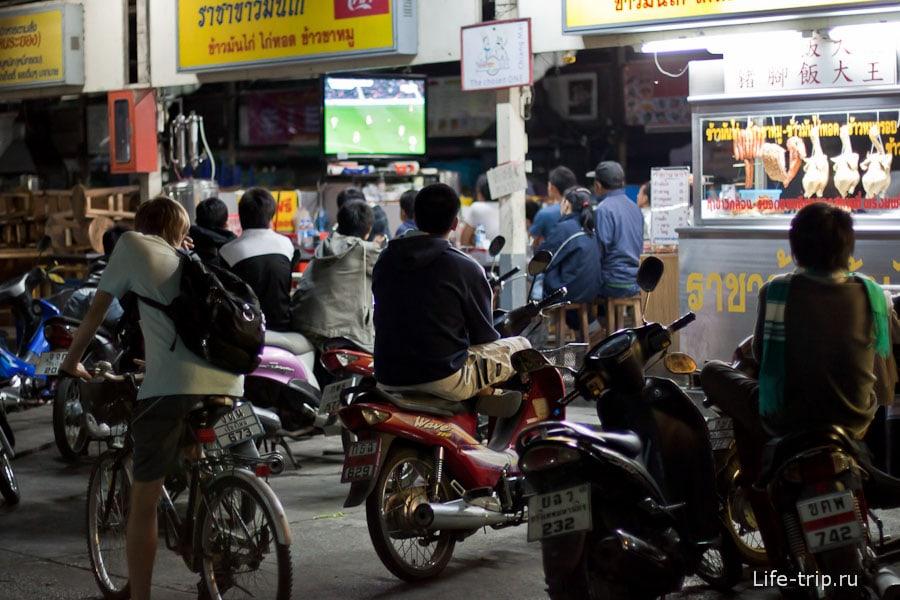 Общественный просмотр футбольного матча - телевизор стоит в кафе