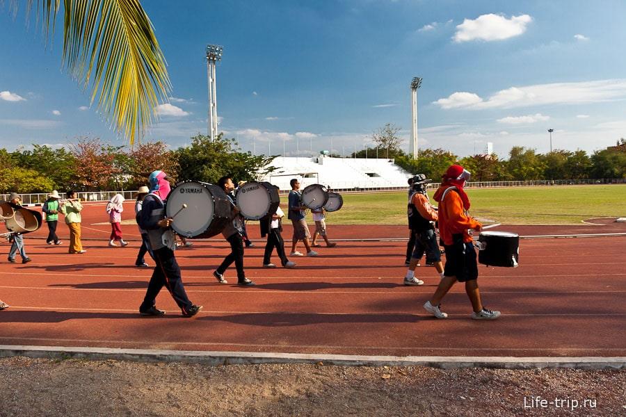 Репетиция тайского ходячего оркестра