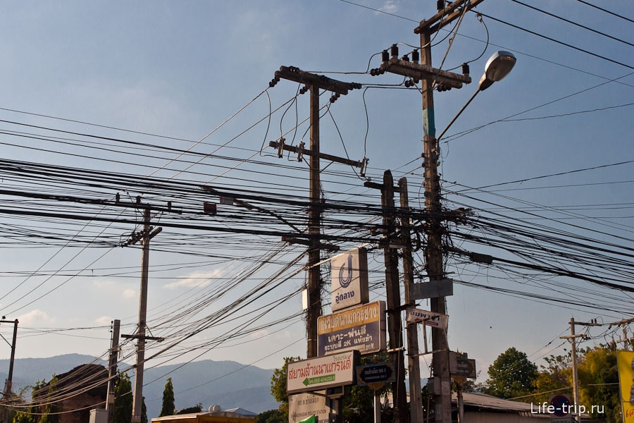 Здесь провода выглядят вполне вменяемо