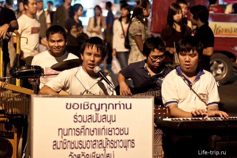 Слепые ребята, играющие хорошую и красивую музыку