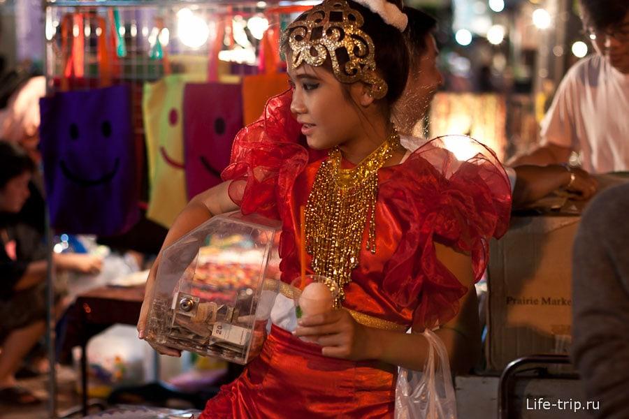 Девчонка зарабатывающая танцами на базаре
