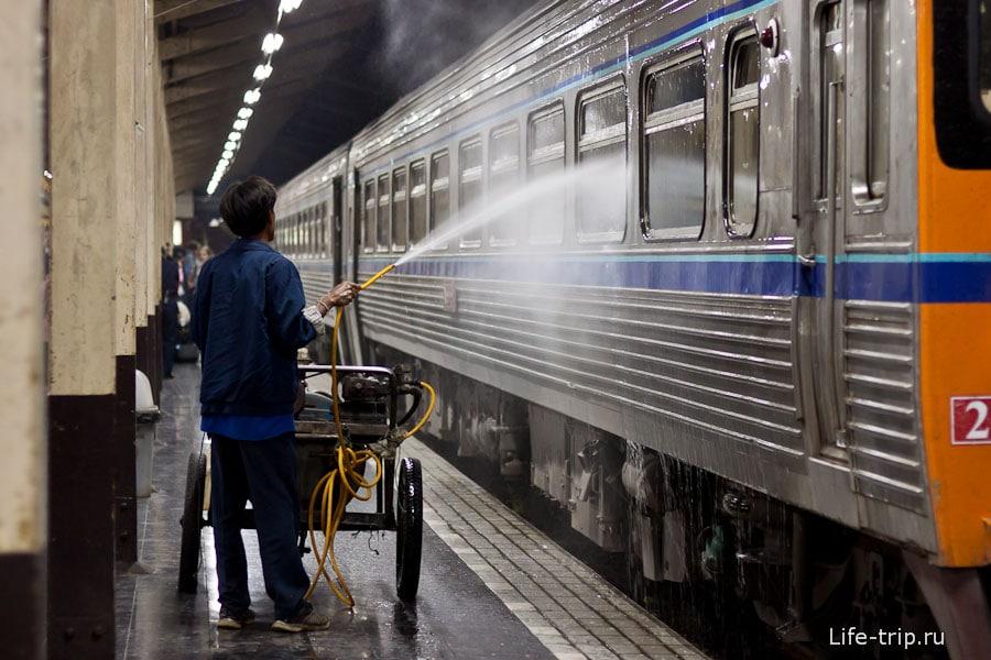 Как моют поезда в Таиланде