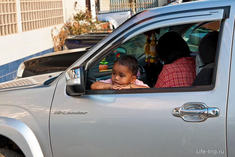 Печальный ребенок в машине