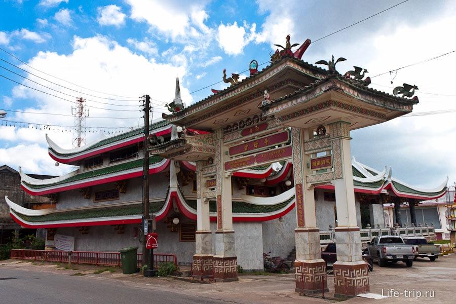 Необычный храм на Пхукете, вероятно, китайский