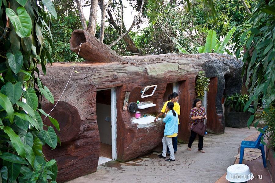 Здание туалета в виде ствола дерева на Пхукете