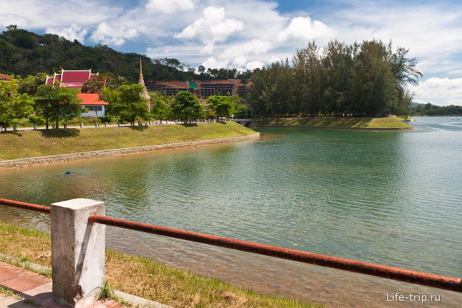 Красивое озеро рядом с пляжем Nai Harn