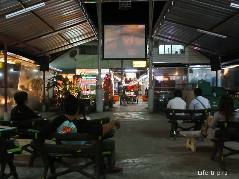 Бесплатный мини-кинотеатр на рынке в Чианг Май