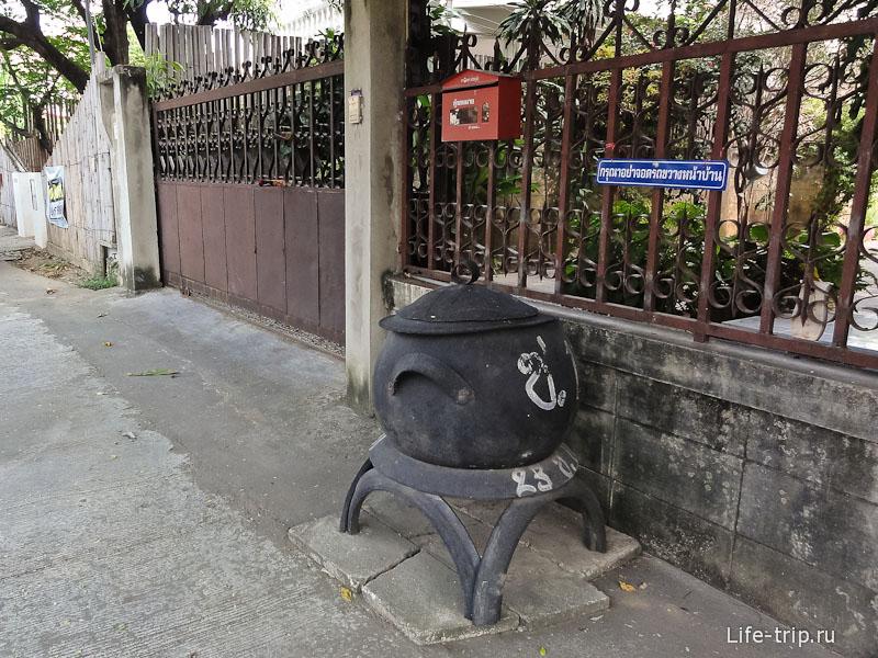 Вот такие резиновые мусорки (или не мусорки?) часто встречаются