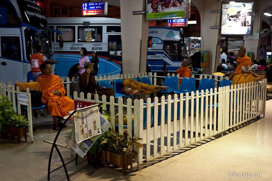 На некоторых автовокзалах есть персональный загончик для монахов