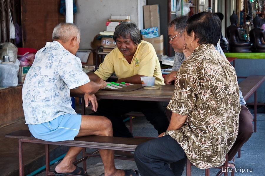 Дедушки играют в шашки