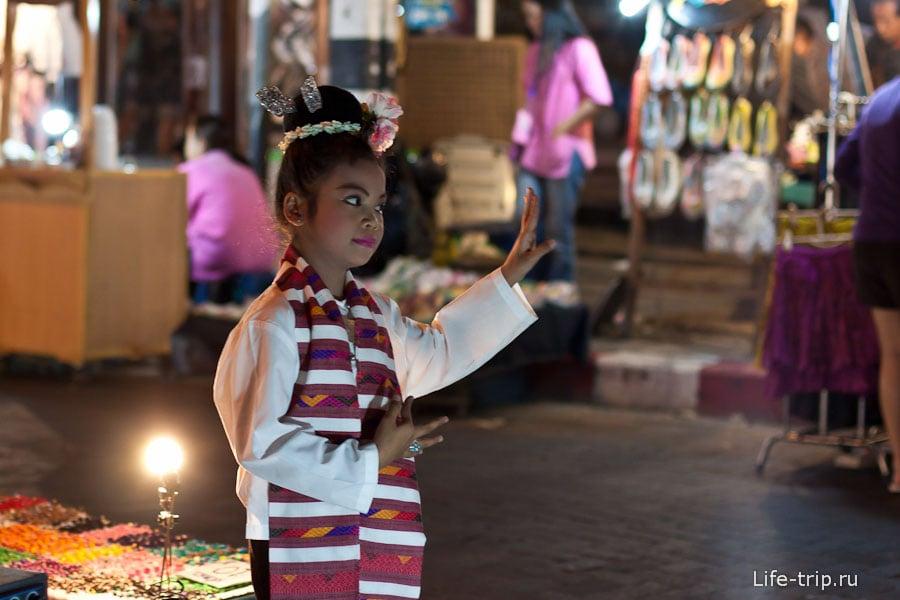 Девочка зарабатывающая танцами на Night Bazar