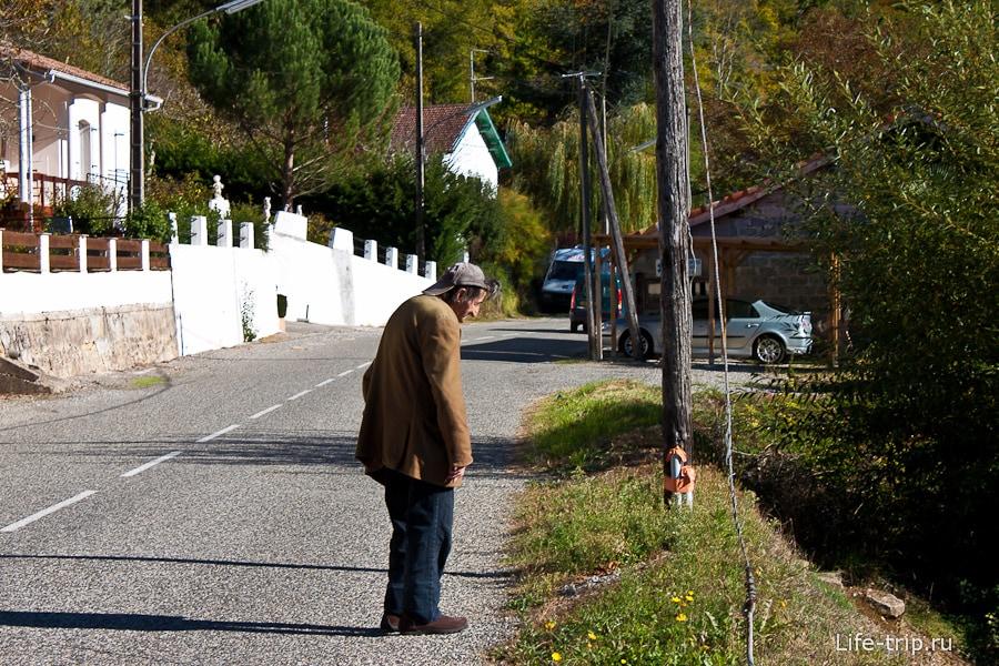 Дедушка задумался на дороге