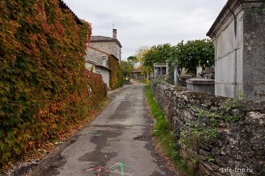 Кладбище огорожено каменной оградой