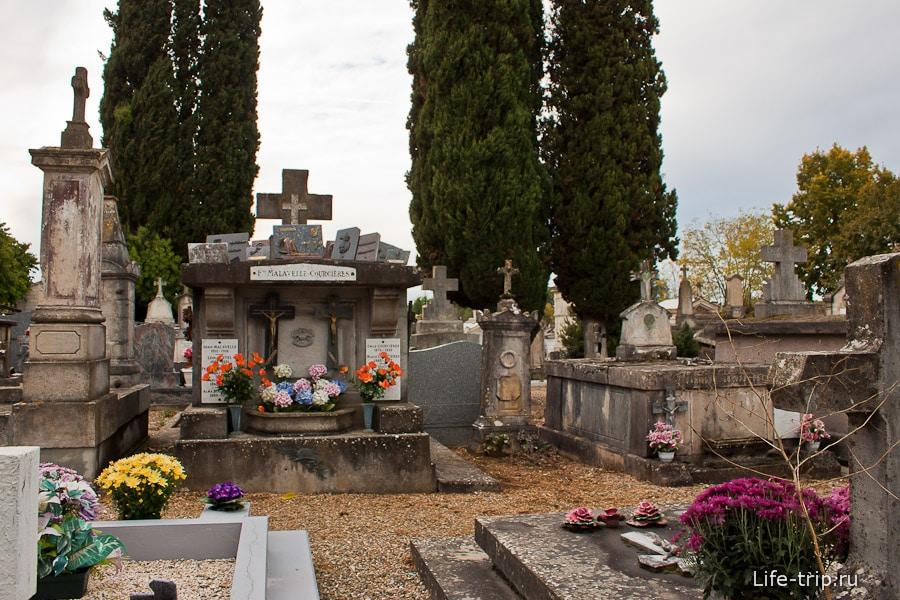 Католическое кладбище сильно отличается от нашего