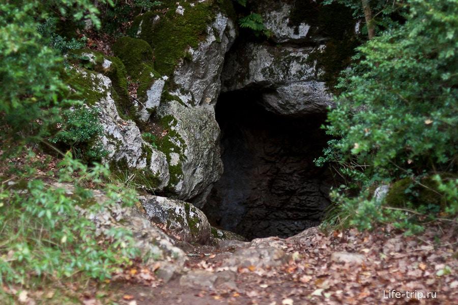 Вход в пещеру найти не совсем просто