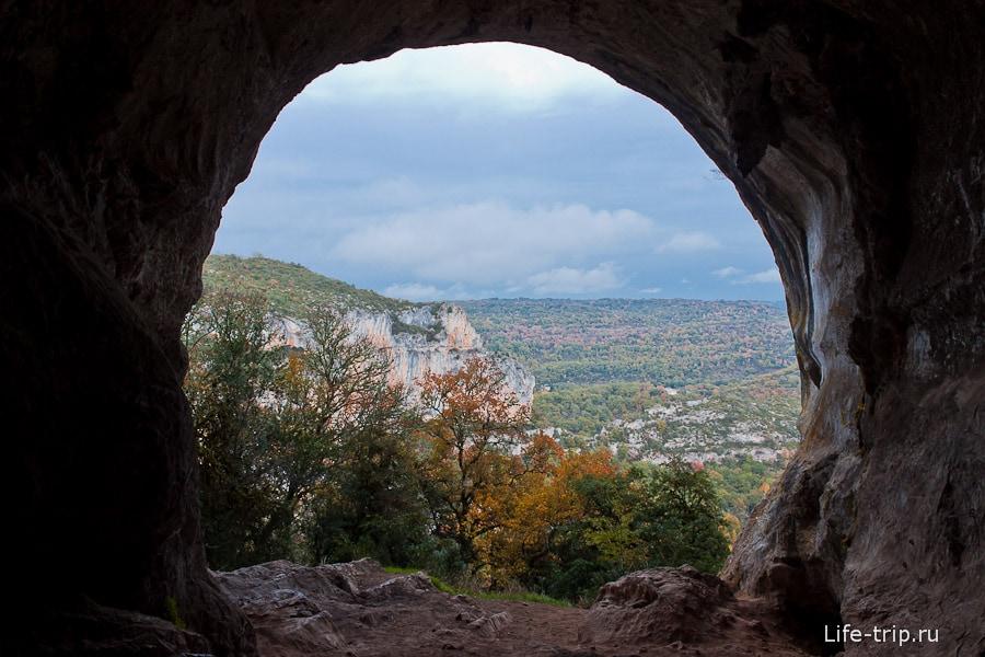 Пещера заканчивается окном с видом на горы