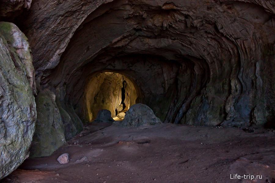 Большой зал пещеры с окном наружу
