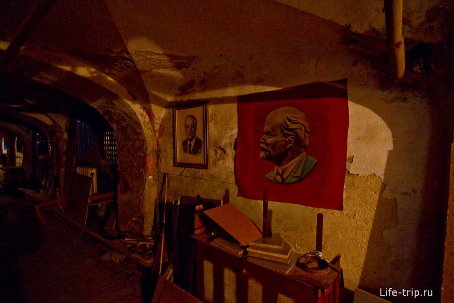 В подвальных коридорах висят портреты бывшего лидера