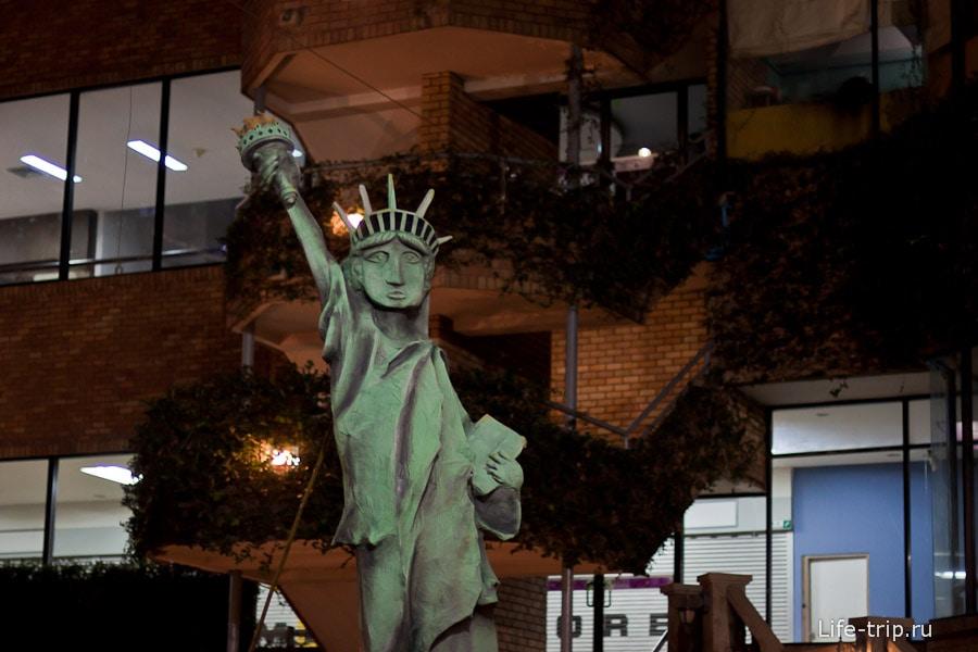 Статуя Свободы чем-то явно не довольна