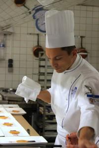 Рома готовит в классе Le Cordon Bleu