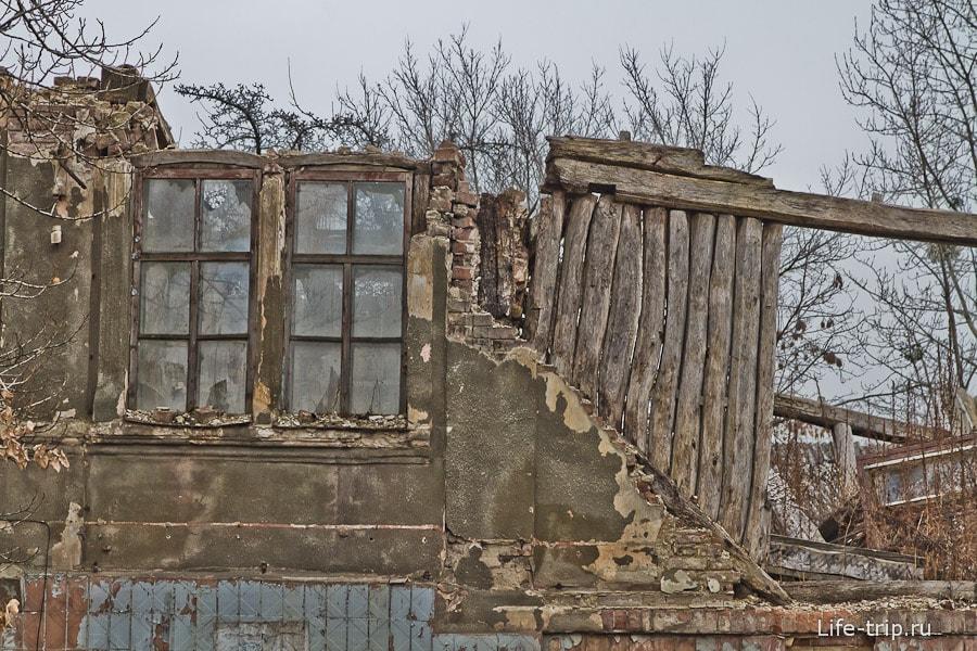 Недалеко от улицы Сумской сплошные развалины и стройка