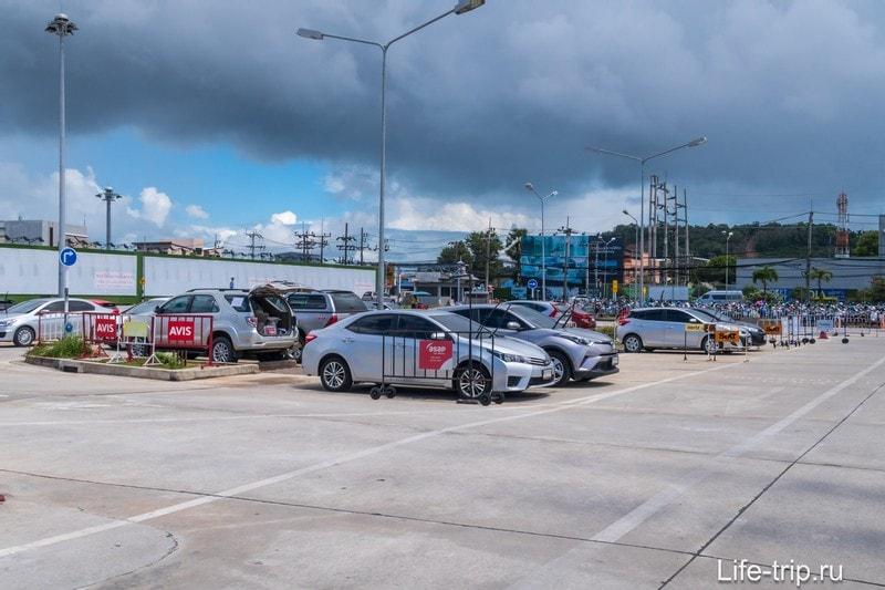 Прокатные машины на парковке аэропорта Пхукет