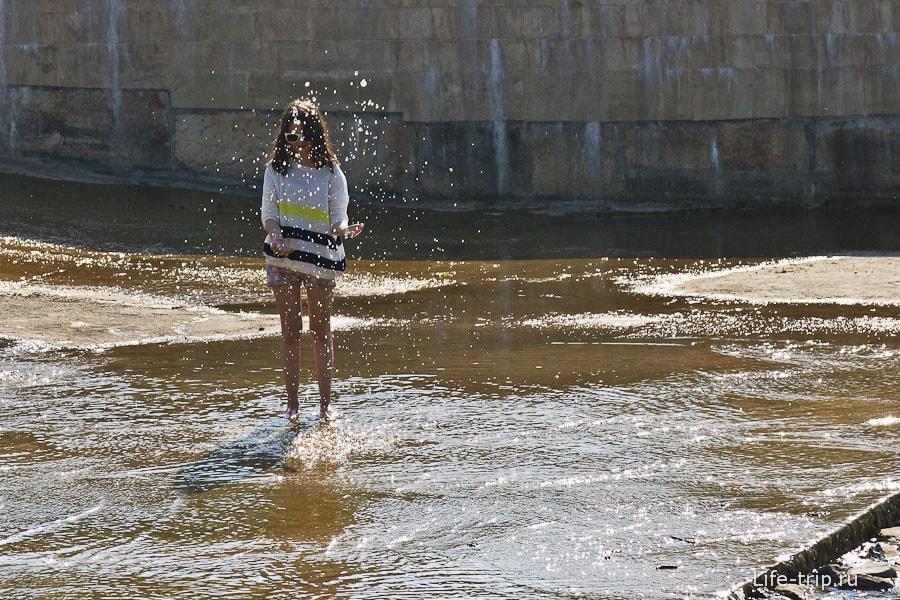 Молодежь  плещется у плотины